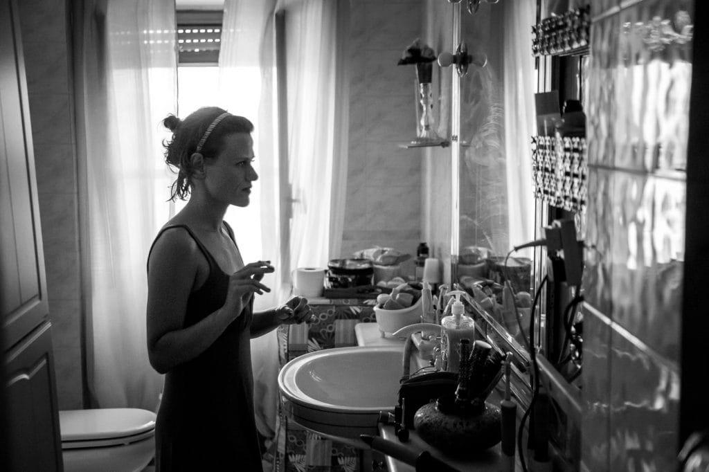 la sposa si prepara allo specchio prima del suo matrimonio in sicilia