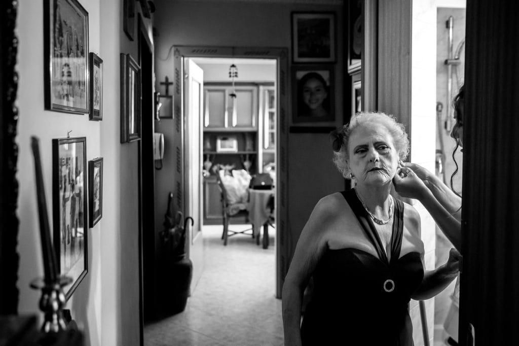 la sposa aiuta la nonna a indossare gli orecchini