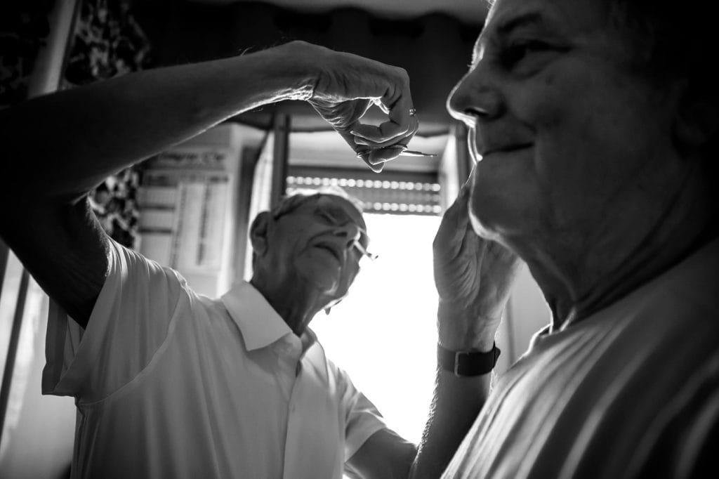 taglio di capelli a casa della sposa nel giorno del matrimonio in sicilia