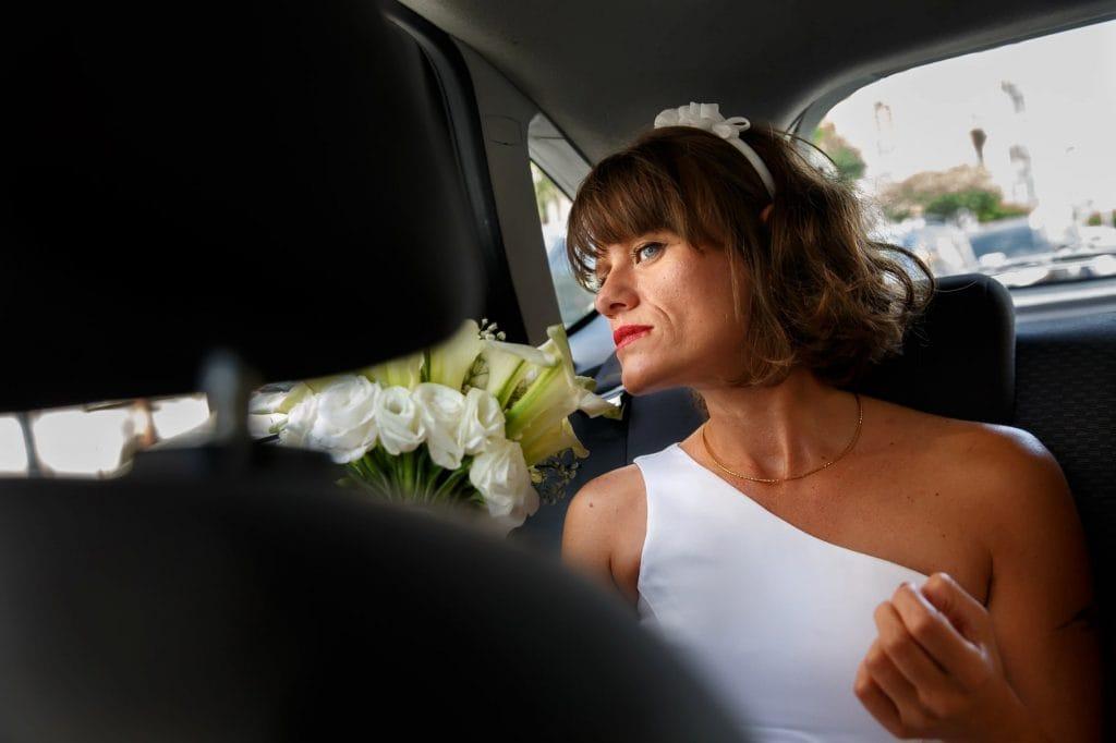 la sposa in auto prima della cerimonia del matrimonio in sicilia