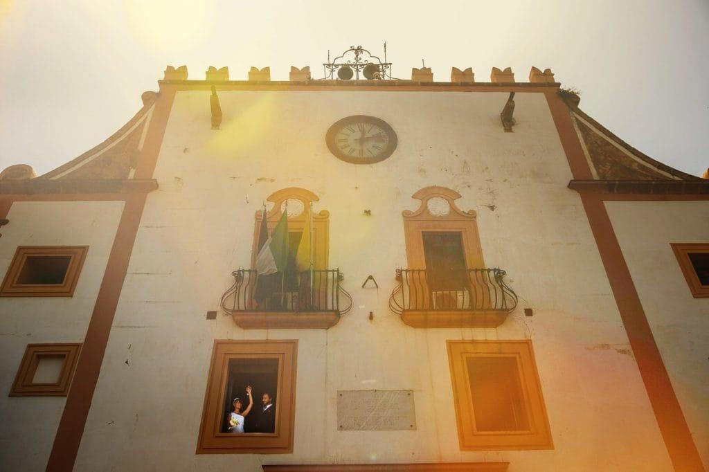 sposi affacciati alla finestra della sala comunale