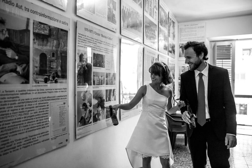 matrimonio in sicilia ritratto di coppia sposi al museo di peppino impastato
