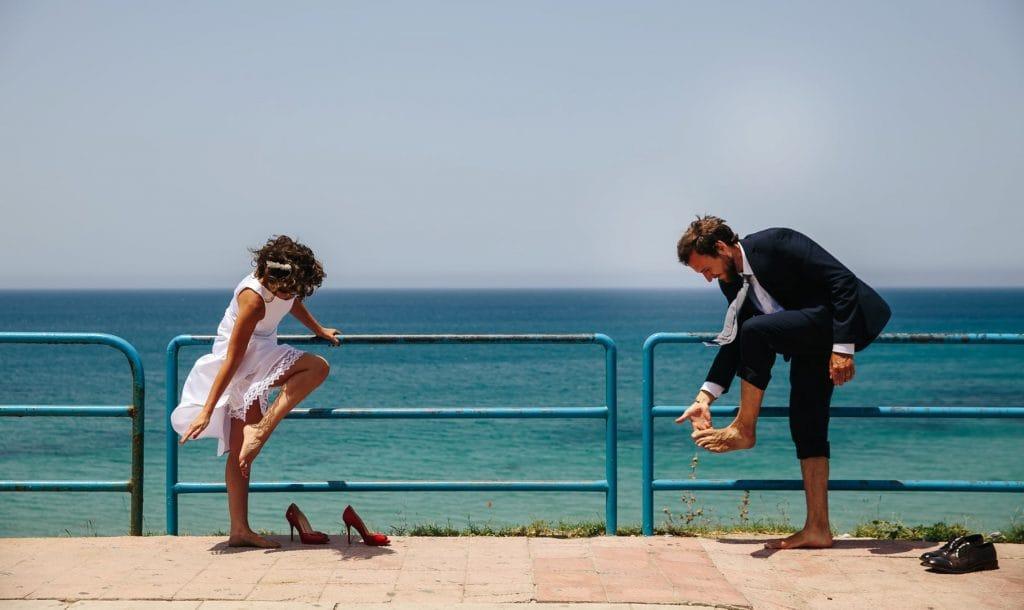 sposi vicino alla spiaggia il giorno del loro matrimonio in sicilia
