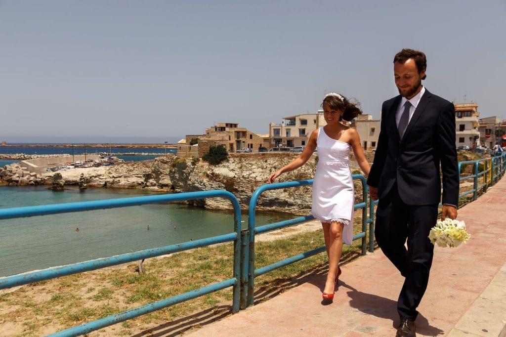 matrimonio in sicilia passeggiata degli sposi in spiaggia