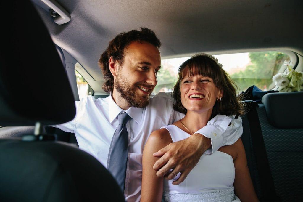 ritratto sposi in auto
