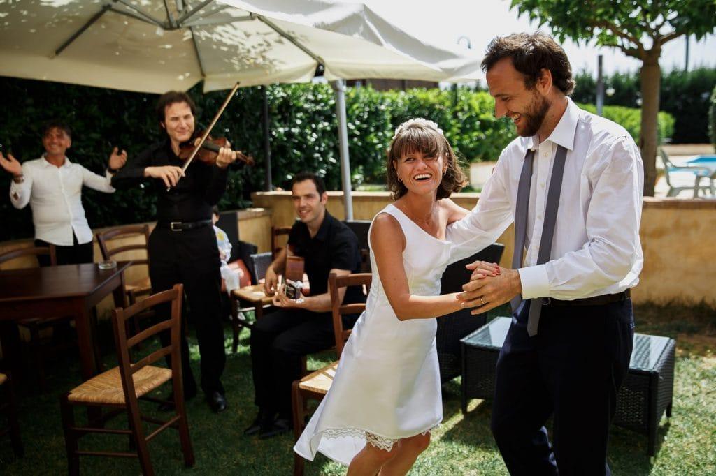 gli sposi che ballano e ridono