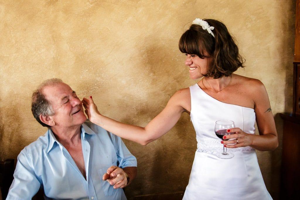 la sposa accarezza un invitato al matrimonio