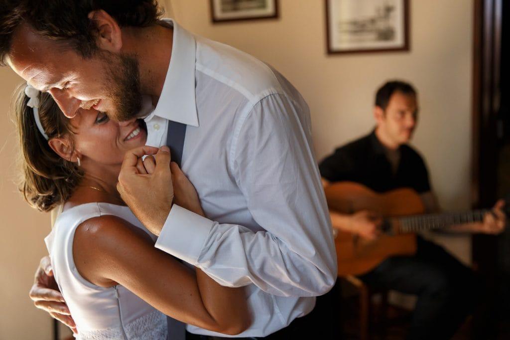 gli sposi che ballano un lento durante il loro matrimonio in sicilia