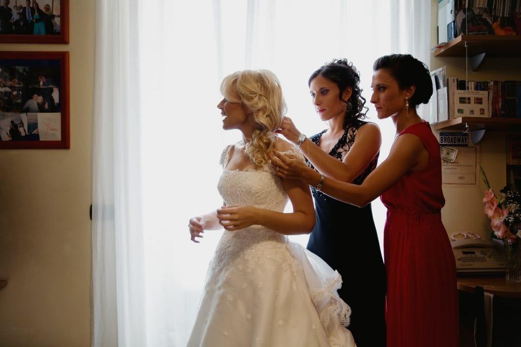 fotografo matrimonio villa miani vestizione sposa con damigelle