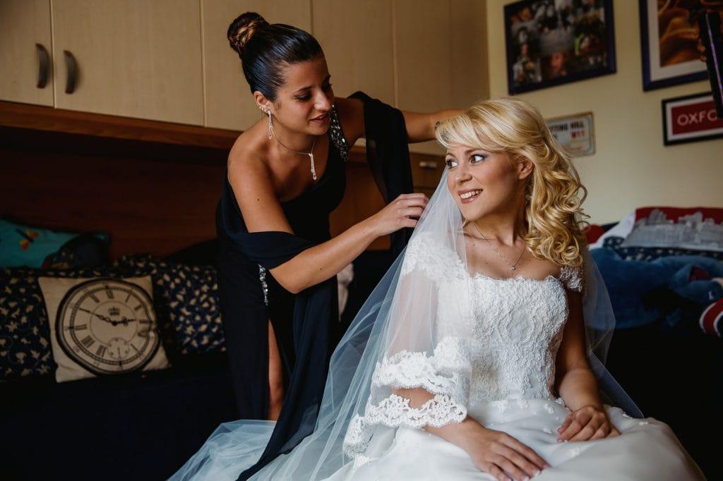 la sposa indossa il velo foto del fotografo matrimoni villa miani