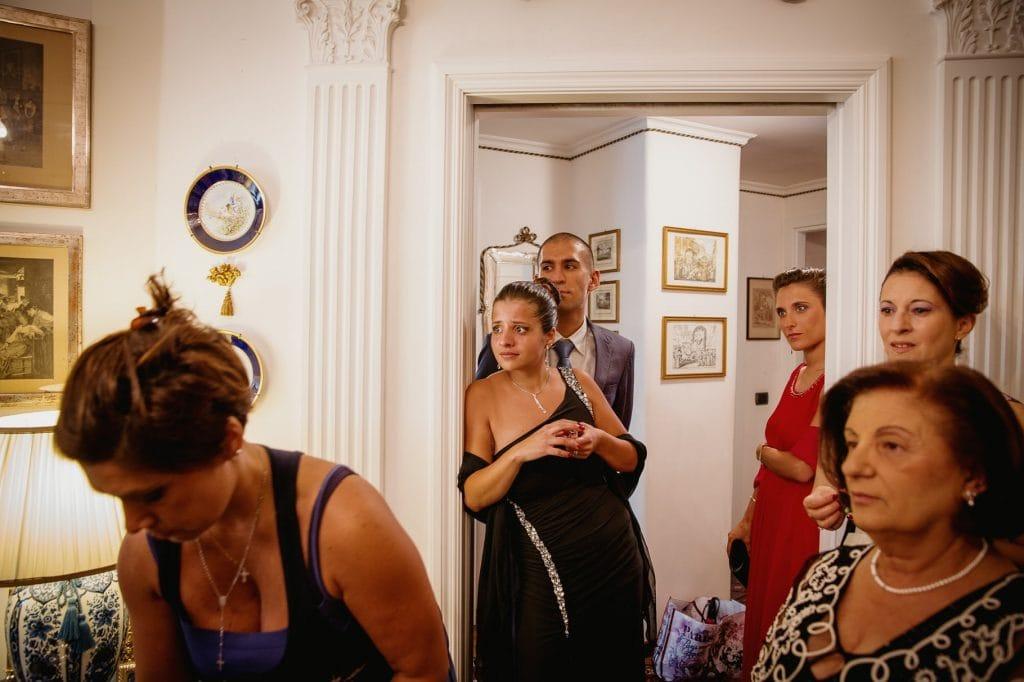 familiari della sposa attendono la sposa a casa della sposa