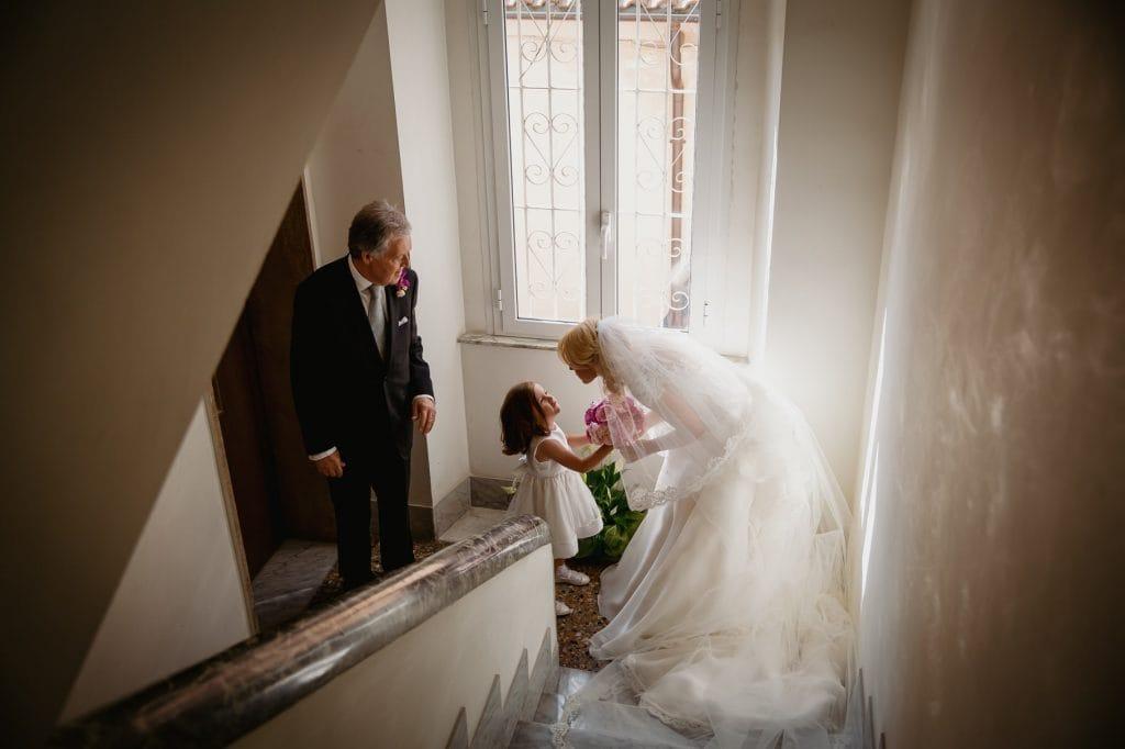 la sposa esce di casa con il padre