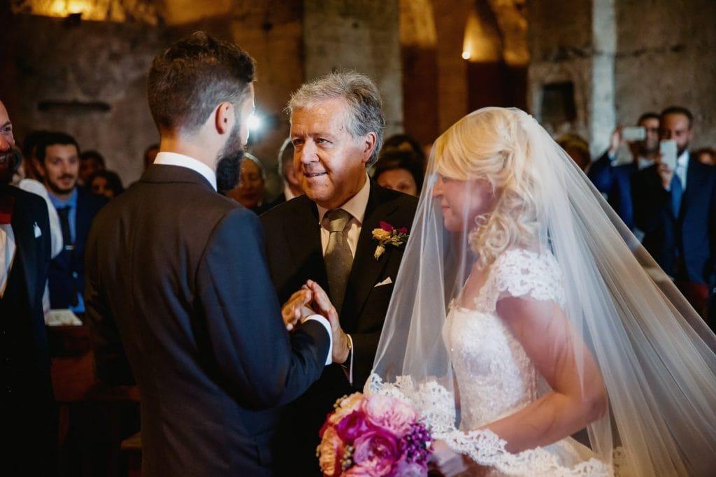 fotografo matrimonio villa miani il padre della sposa consegna la sposa allo sposo
