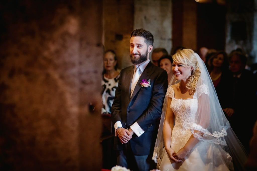 sposi in chiesa davanti all'altare