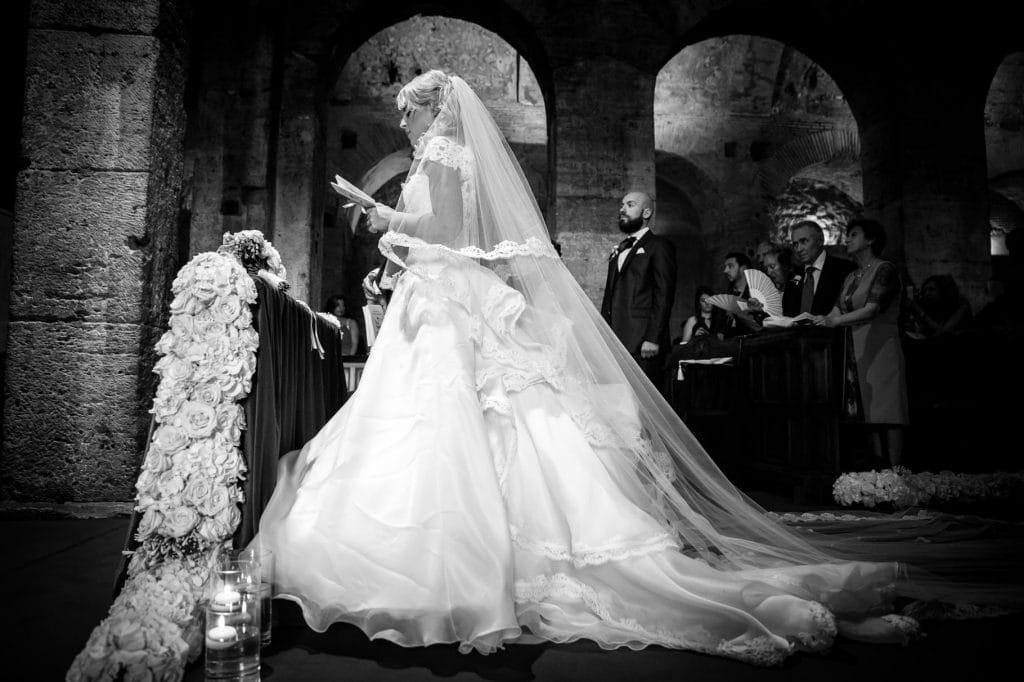 ritratto della sposa in chiesa con il vestito