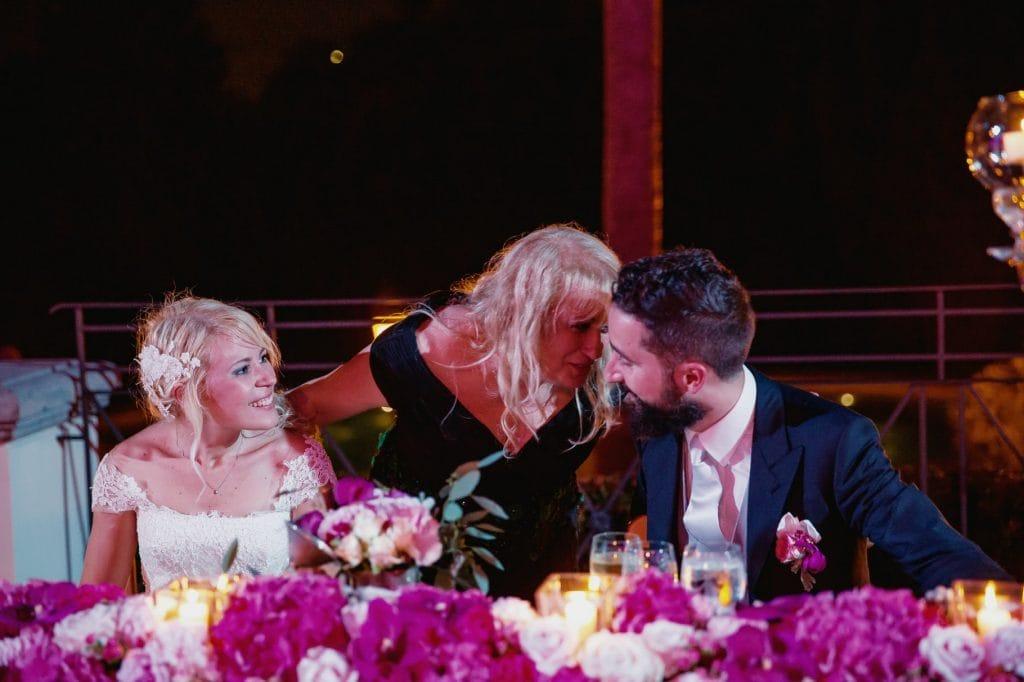 sposi al tavolo con mamma sposo