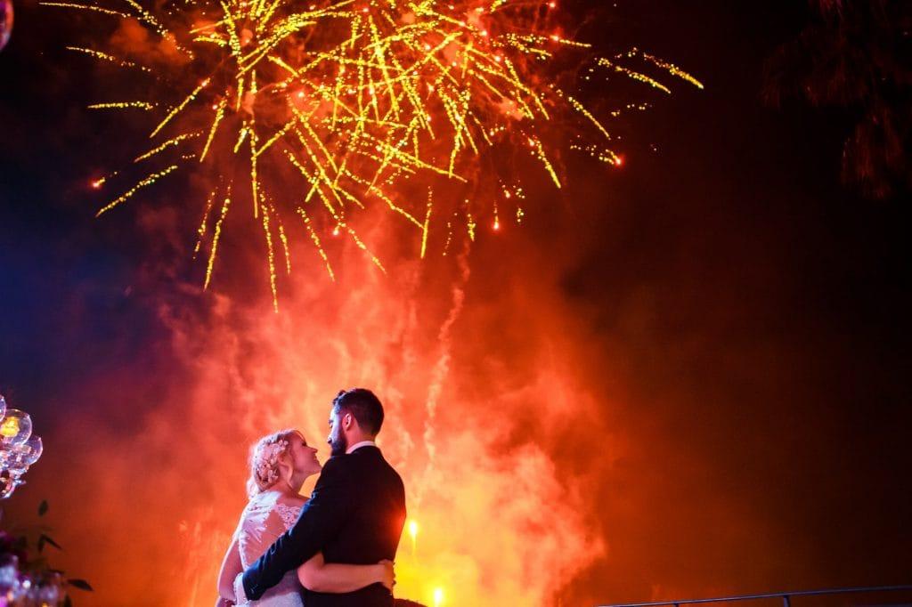gli sposi con i fuochi d'artificio durente il matrimonio a villa miani