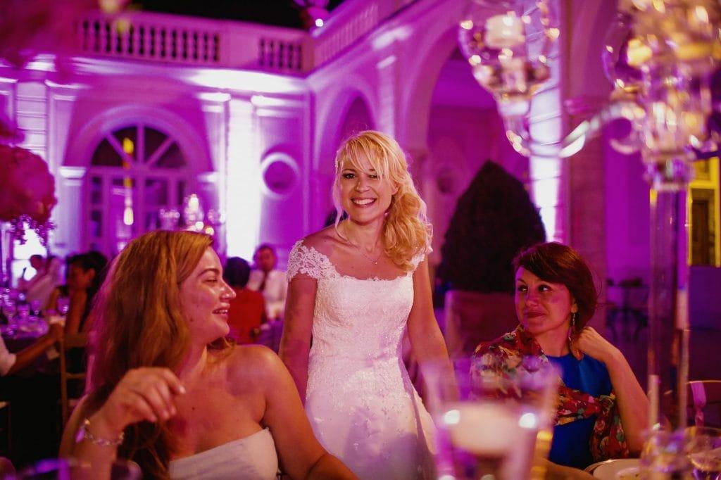 la sposa con ospiti al tavolo