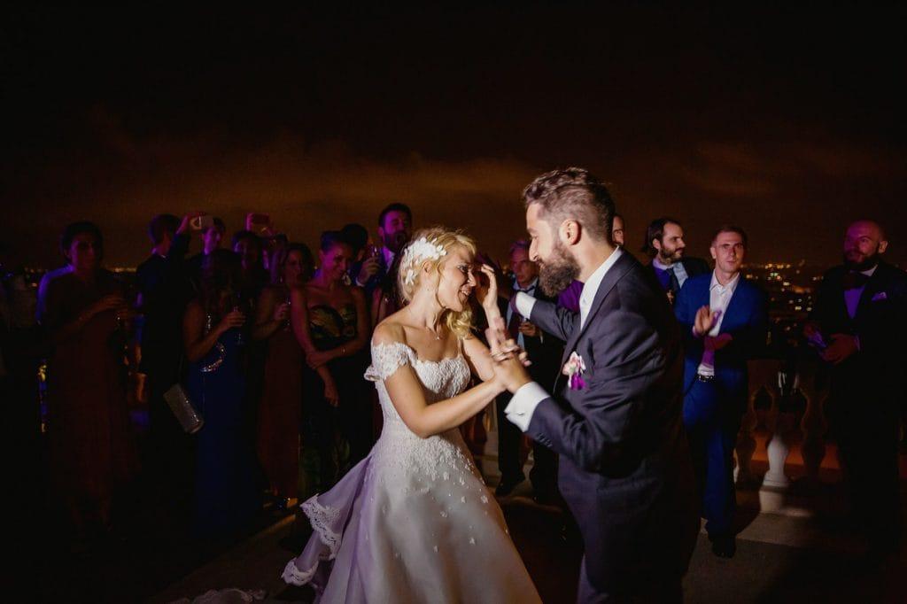 gli sposi ballano sulla terrazza esterna di villa miani