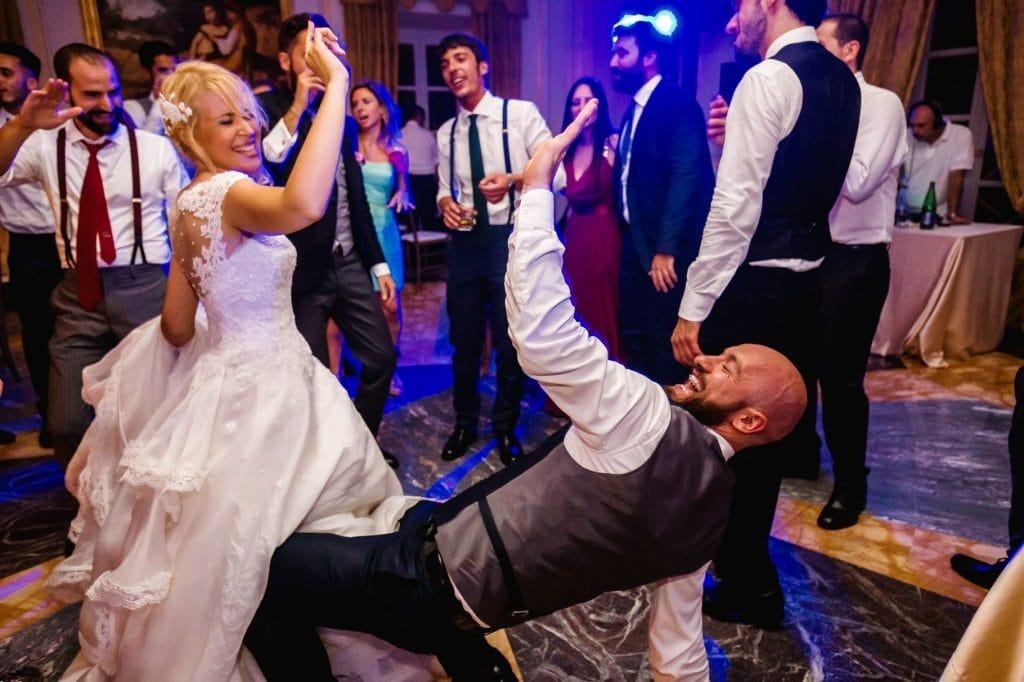 balli di matrimonio nella sala interna di villa miani