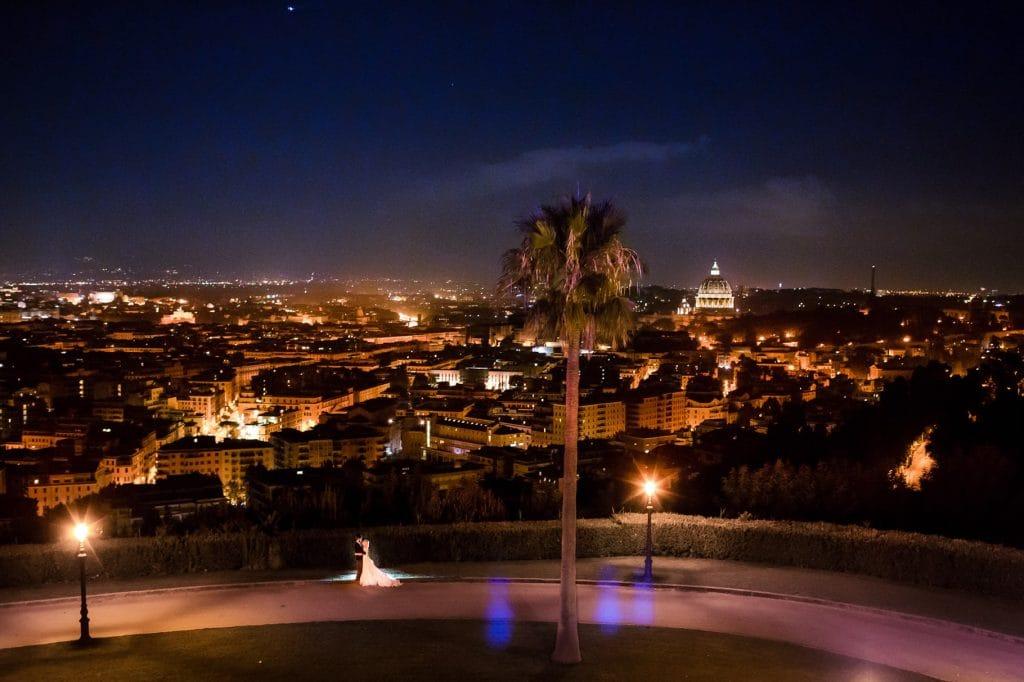 ritratto sposi con panorama di roma di notte a villa miani