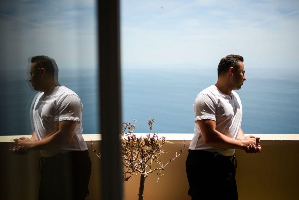 sposo guarda il mare