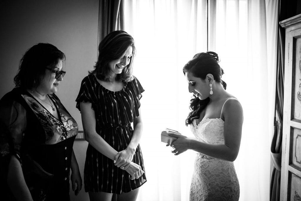 sposa con testimoni prima del matrimonio intimo al rada a positano