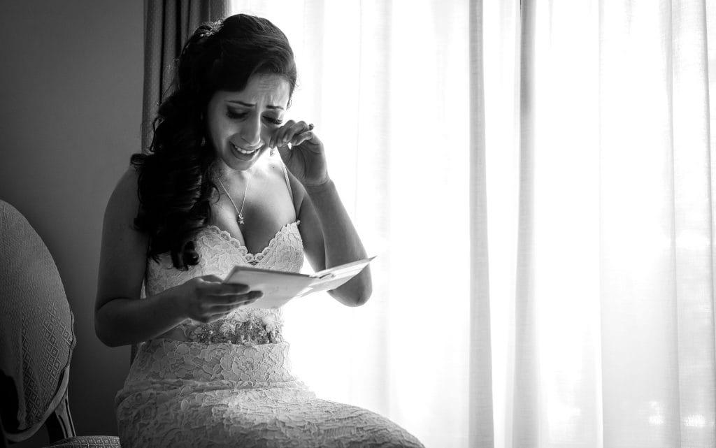 sposa legge lettera deÕamore dello sposo e si commuove