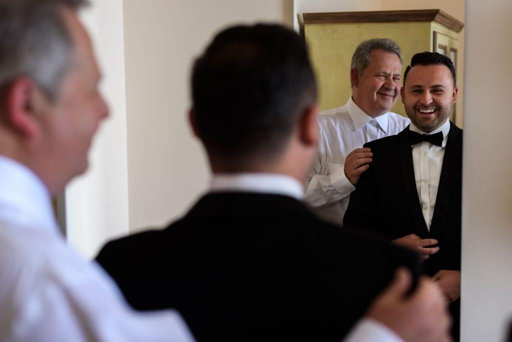vestizione sposo allo specchio