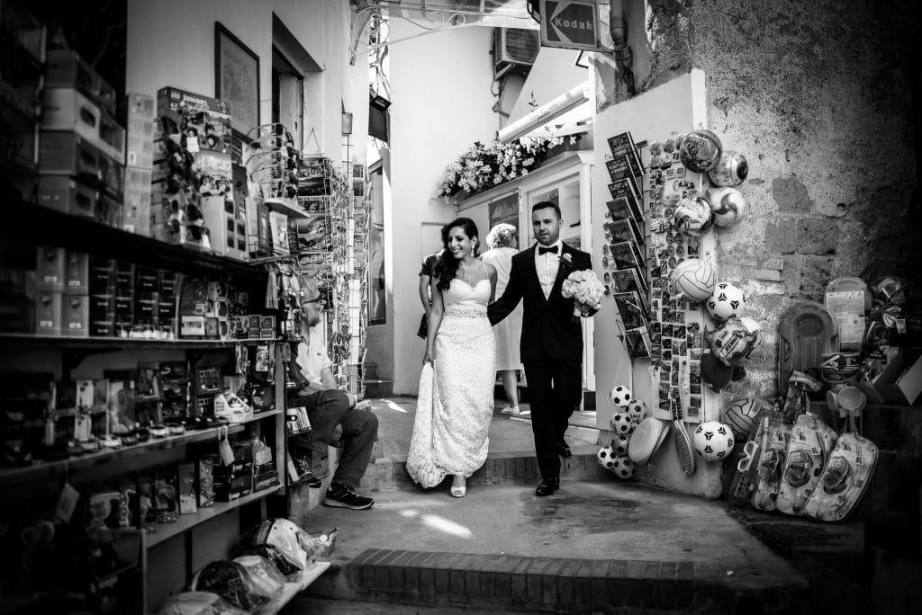 gli sposi passeggiano per le strade strette di positano prima del matrimonio intimo al rada di positano