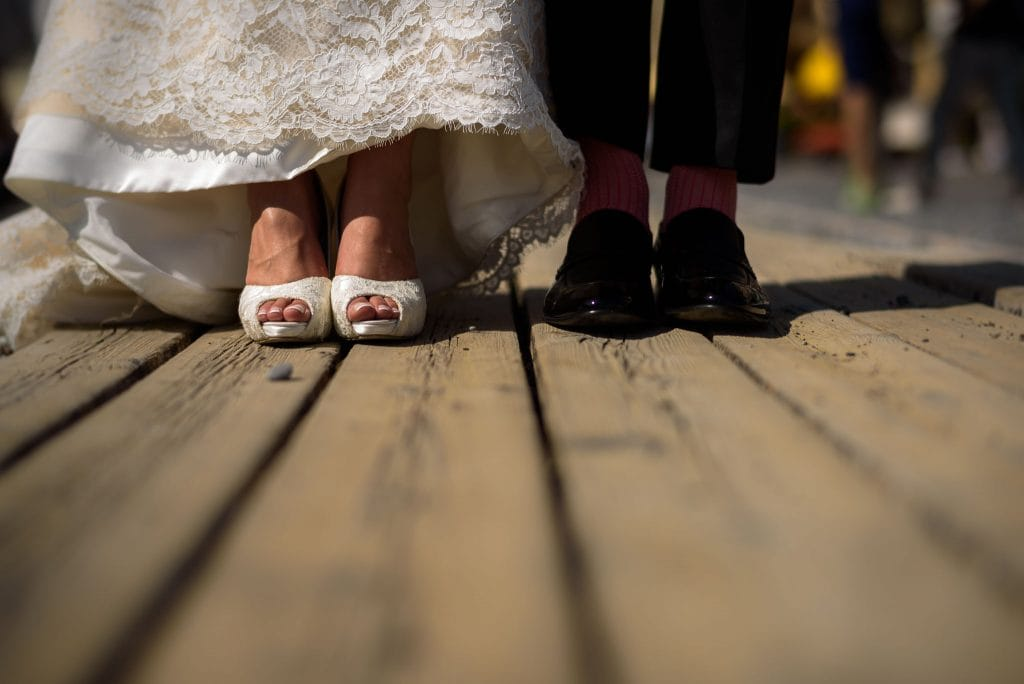 foto dei piedi e delle scarpe degli sposi