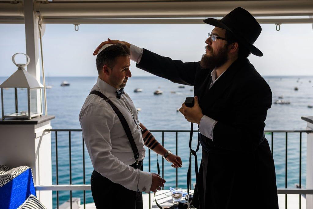 matrimonio ebraico all'aperto al rada di positano la  benedizione dello sposo