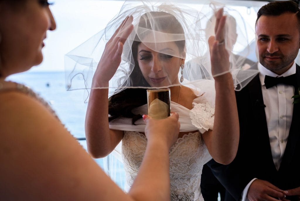 sposa beve il vino cerimonia durante la tradizionale cerimonia di matrimonio ebraico al rada di positano