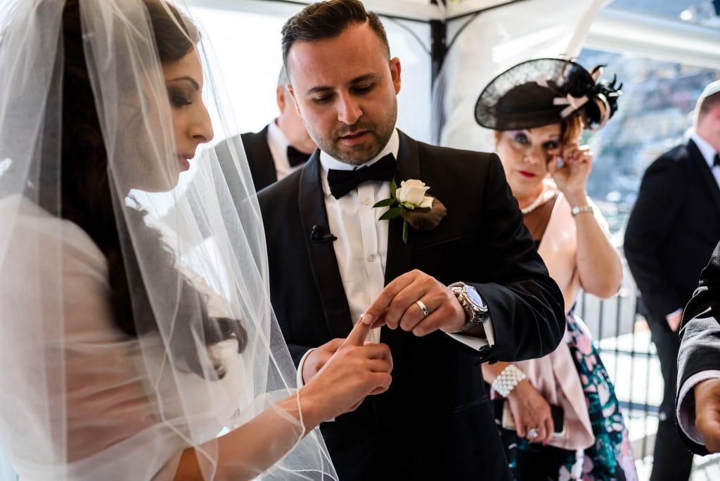 scambio degli anelli di matrimonio al rada di positano in costiera amalfitana