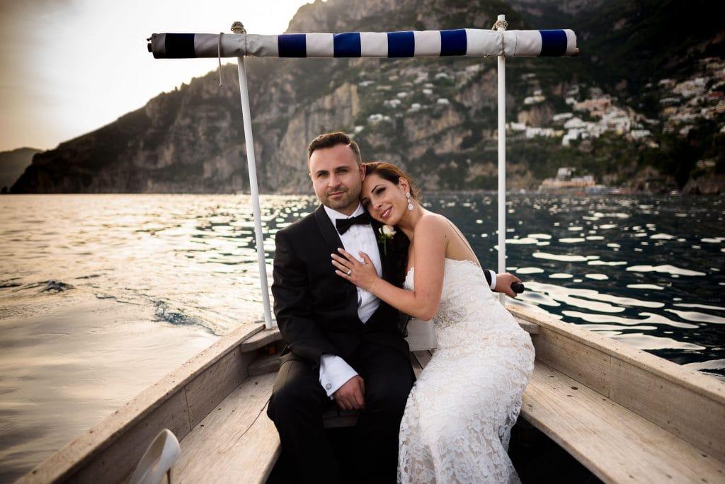 sposi in barca a positano durante il matrimonio