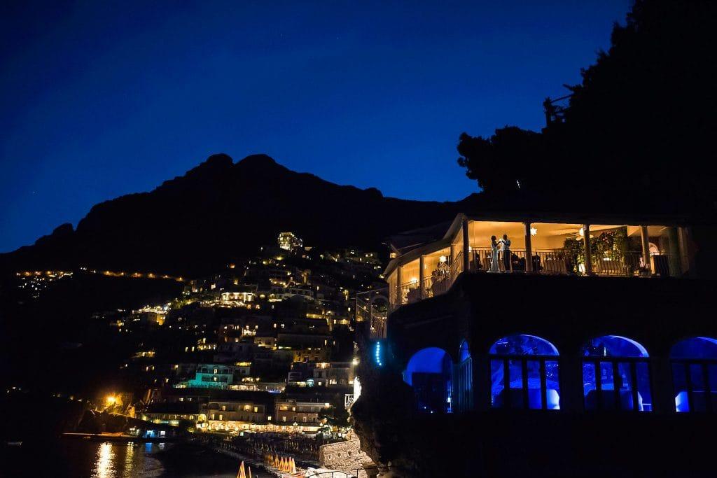 vista di positano illuminata di notte con il ristorante rada in primo piano