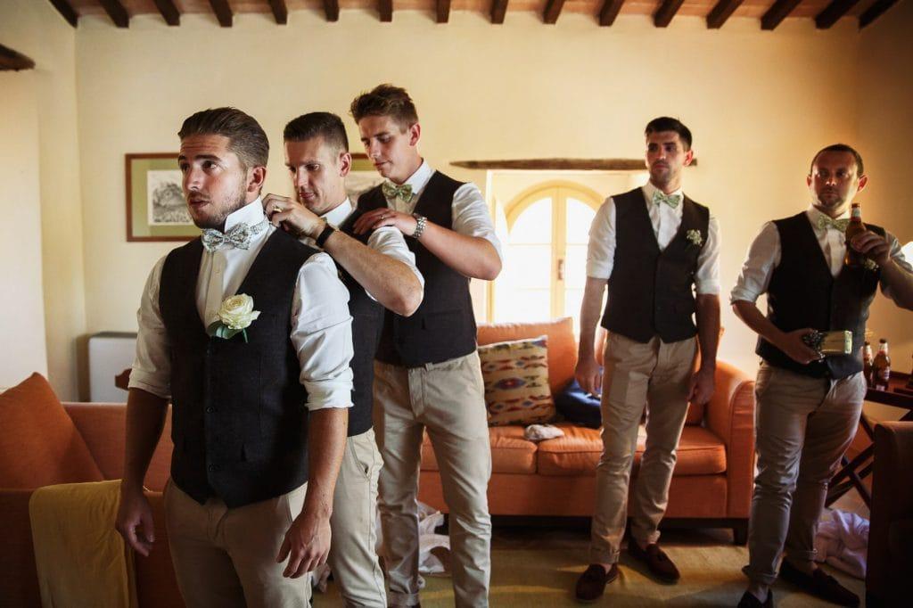 lo sposo e i testimoni si vestono prima del matrimonio al borgo della marmotta