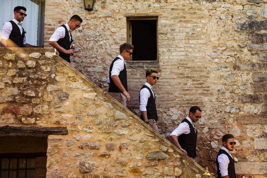lo sposo e i testimoni nel corteo di nozze al borgo della marmotta