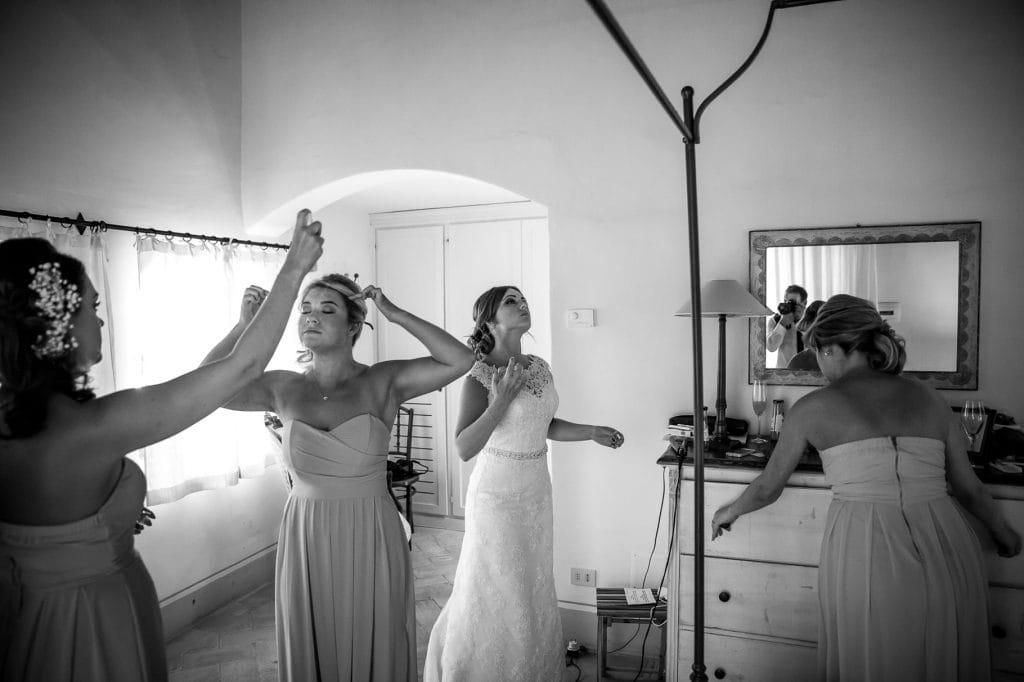 la sposa e le damigelle del matrimonio si preparano al borgo della marmotta