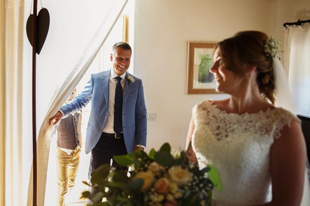il papˆ vede per la prima volta la sposa con il vestito al borgo della marmotta