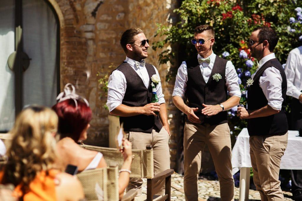 sposo con testimoni in attesa della sposa e dellÕinizio del matrimonio al borgo della marmotta