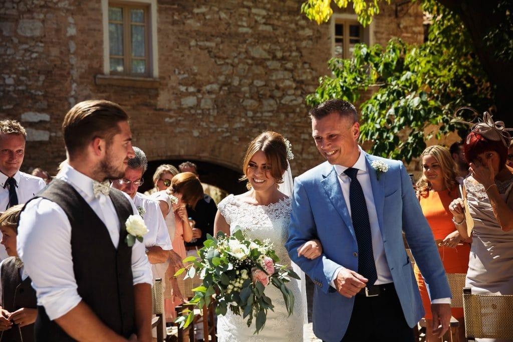 ingresso della sposa con il papˆ alla cerimonia al borgo della marmotta