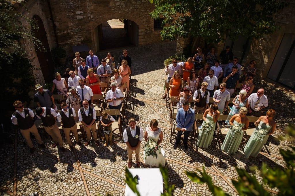 gli invitati durante la cerimonia di matrimonio al borgo della marmotta