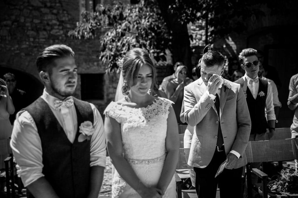 il padre della sposa si commuove durante il matrimonio al borgo della marmotta