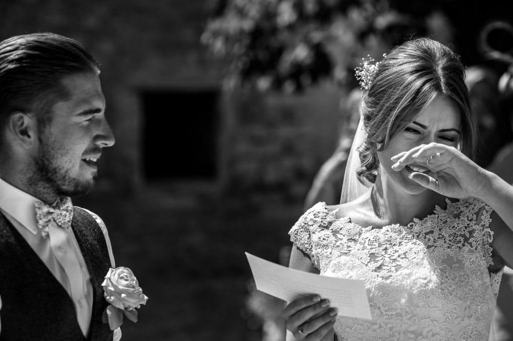 la sposa legge le promesse e si commuove durante il matrimonio al borgo della marmotta
