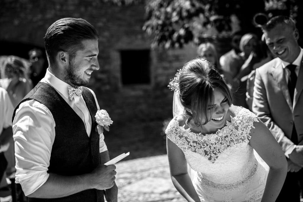 gli sposi ridono durante la cerimonia al borgo della marmotta