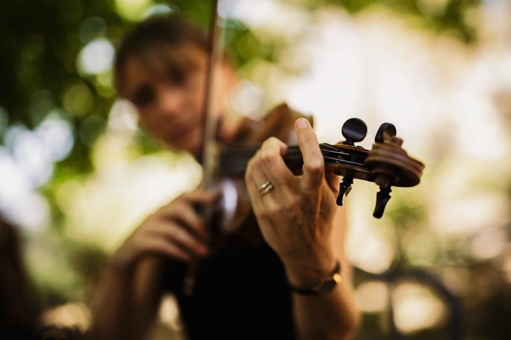suonatrice di violino al matrimonio al borgo della marmotta