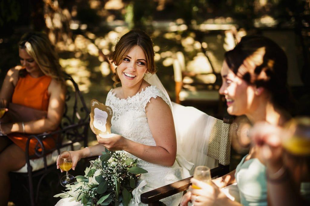 sposa con amiche durante gli aperitivi al borgo della marmotta