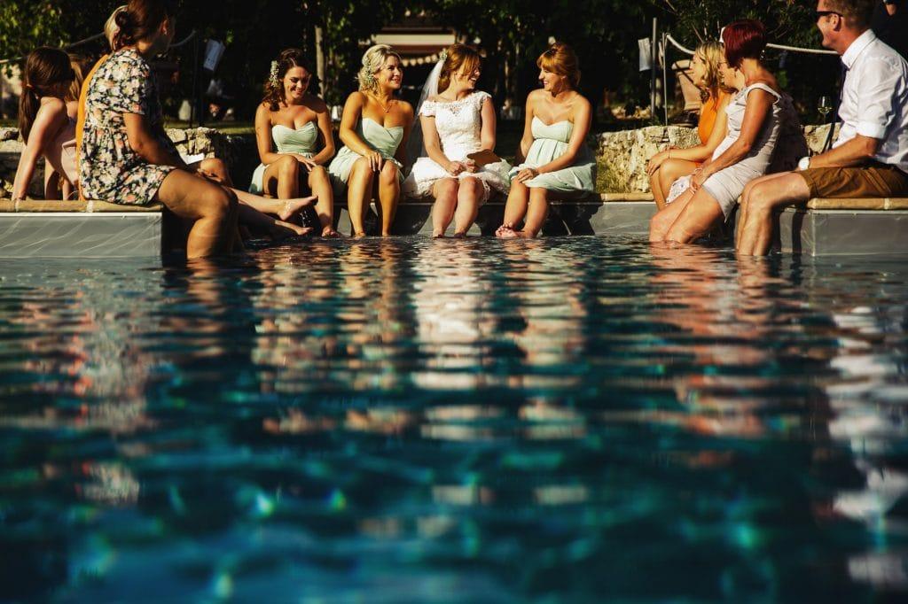 sposa in piscina con testimoni al matrimonio al borgo della marmotta