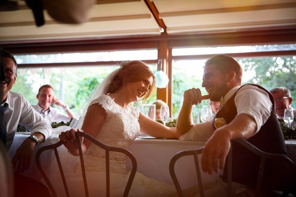 sposi al tavolo del ricevimento al borgo della marmotta